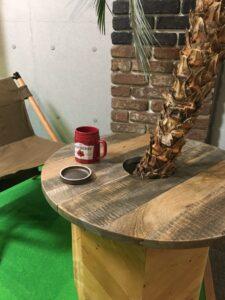 木製プランターカバーとテーブル