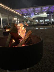駅前で焚き火