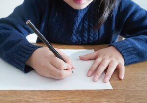 字を書く子ども