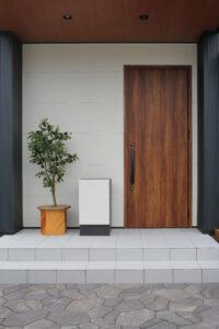 玄関前の宅配ボックス