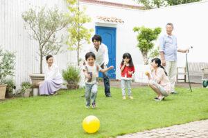 家族で庭に出て過ごす